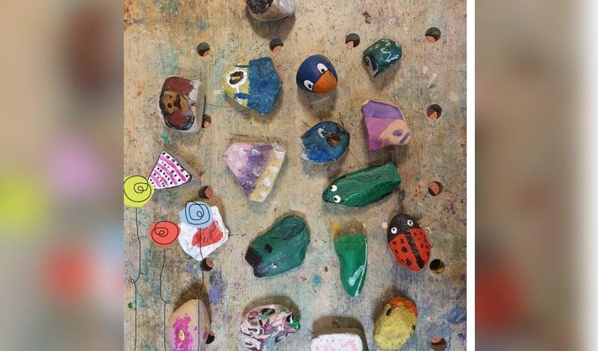 <p>Kinderen van BSO PretLab hebben keien omgetoverd tot ware kunstwerken. Foto: PR</p>