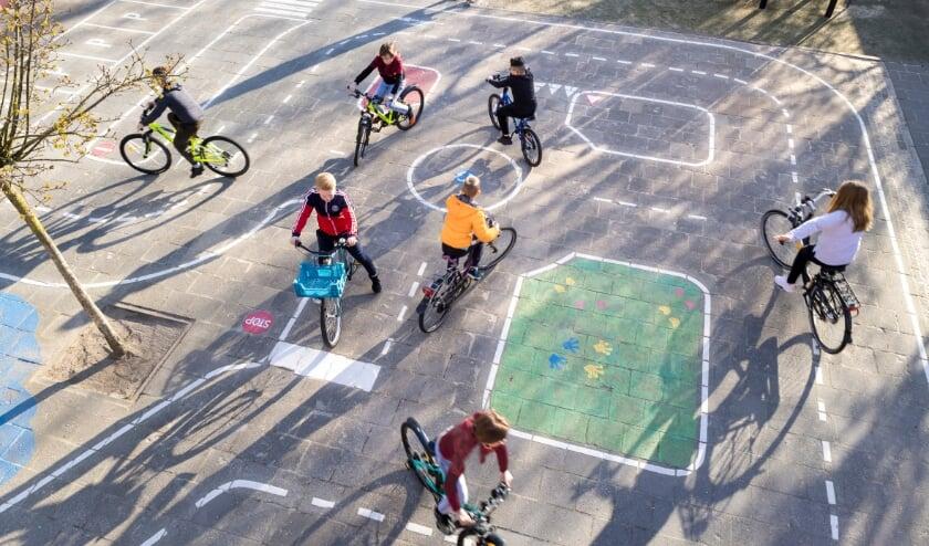 <p>Dit jaar tovert het ANWB Fonds in iedere provincie &eacute;&eacute;n schoolplein om tot een verkeersplein met verschillende verkeerssituaties, waar kinderen spelenderwijs over het verkeer en verkeersveiligheid leren. Foto: PR</p>