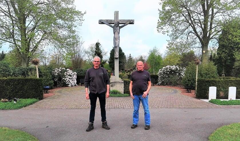 Vrijwilliger André Klein Gunnewiek (rechts) en beheerder Dinand Froeling (links) op de RK Begraafplaats in Groenlo. Foto: Theo Huijskes