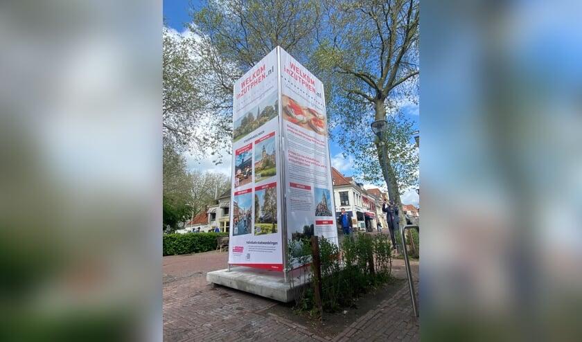 <p>Op zes locaties in het centrum van Zutphen treft men deze nieuwe pilaren met informatie aan. Foto: InZutphen</p>