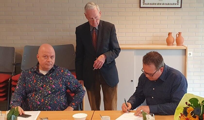 1.Contractondertekening door Peter Berendsen (l) en Bas te Velthuis. Foto: Rob Weeber