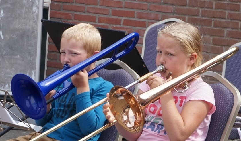 Twee leerlingen van de cursus 'muziek maak je zelf 2020' tijdens de afsluiting van de cursus. Foto: PR