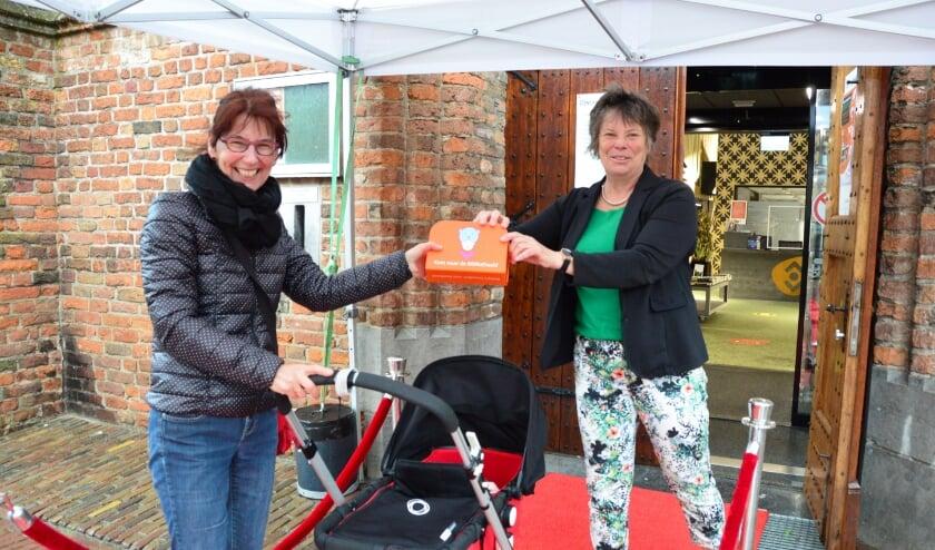 <p>Marjoke van der Werff (links) en Milan (in de kinderwagen) waren de eerste gasten bij de heropening van de bibliotheek in Zutphen. Foto: Alize Hillebrink</p>