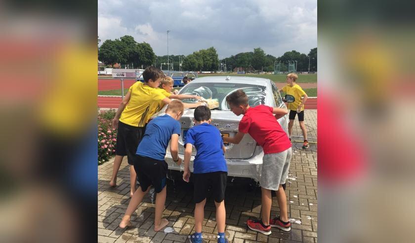 De AVA-jeugd hard aan het schoonmaken tijdens de carwash van 2018
