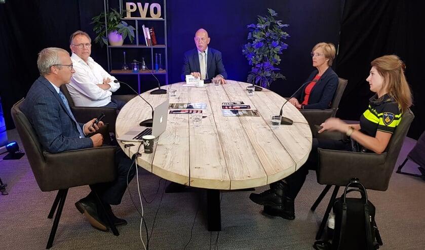 <p>Aton Jansen (midden) in gesprek bij de uitzending Kiek uut! Foto: PR</p>
