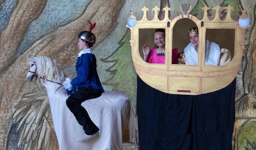 <p>Tijdens de repetities van Zjuust, op het paard Lieve Wesselink, Koningin Bregje de Goede en Koning Dimitri de Borman. Foto: Rolf Zeldenthuis</p>
