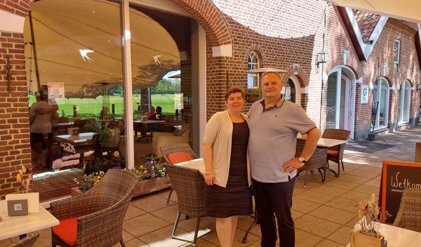 Rob en Esther Leemrijse op het ruime terras van restaurant 'De Voortwisch'. Foto: Han van de Laar