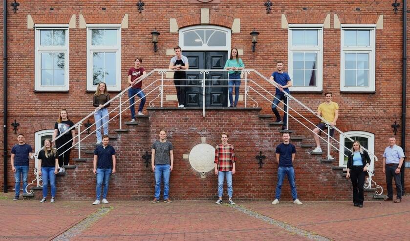 De jongerenambassadeurs met jongerencoach Simon Putman en bestuursleden van de SBL. Foto: SBL