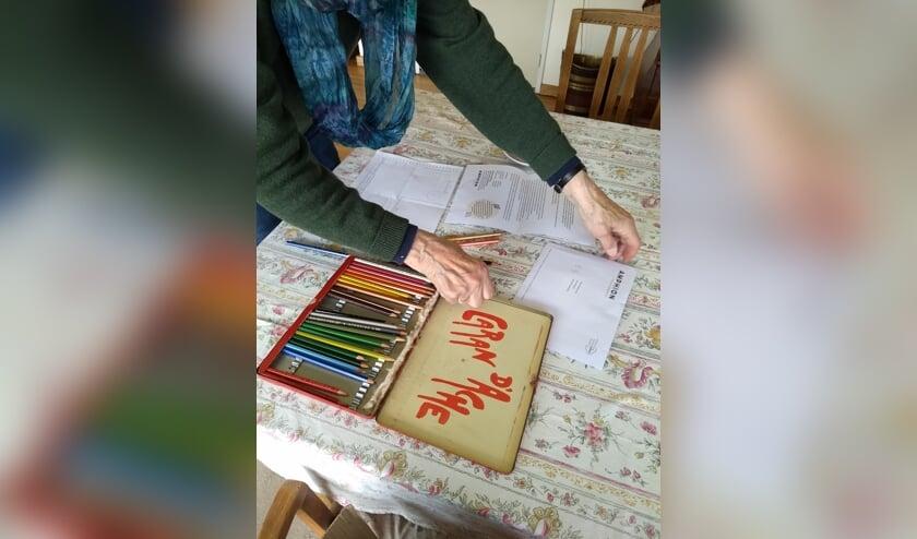 <p>Thuis genieten van het maken van een kunstzinnige opdracht. Foto: PR</p>