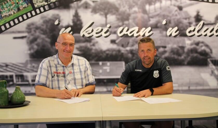 <p>Trainers van Meddo 1 en 2 tekenen bij. Foto: PR sc Meddo</p>