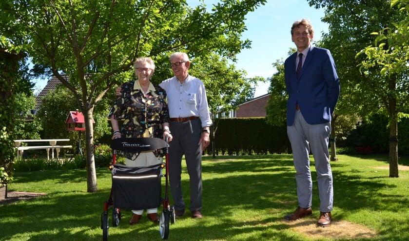 Bertus en Dinie Hoftijzer-Colenbrander met burgemeester Stapelkamp. Foto Karin Stronks