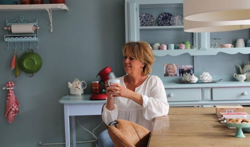 Mirjam van Erp aan haar keukentafel. Foto: Annekée Cuppers