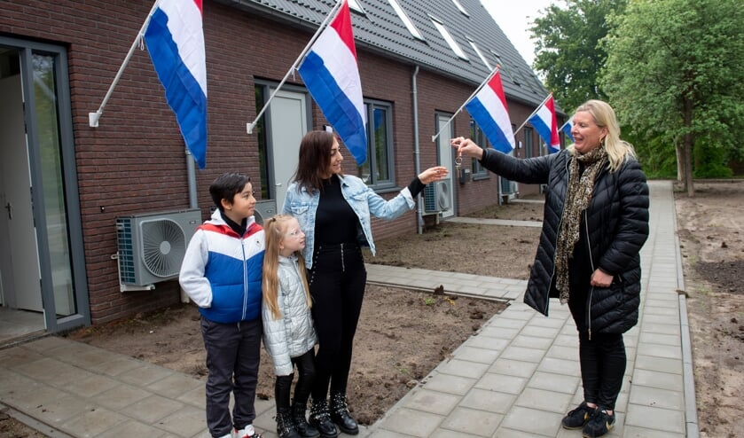 <p>Sleuteloverdracht Esra Bozdag aan de Scheurkamp in Warnsveld. Foto: Hagens Fotografie</p>