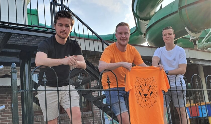 <p>Nick Jansen, Jerle de Jonge en Tim Bomers (vlnr) gekleed in de zelf ontworpen t-shirts. Poserend voor de glijbaan op Marveld Recreatie waar het bedrijfje ontstond. Foto: Henri Walterbos</p>
