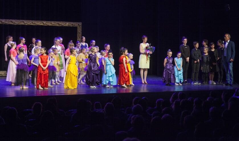 Balletdocent Milly Klein met haar leerlingen. Foto: Jurgen Pillen