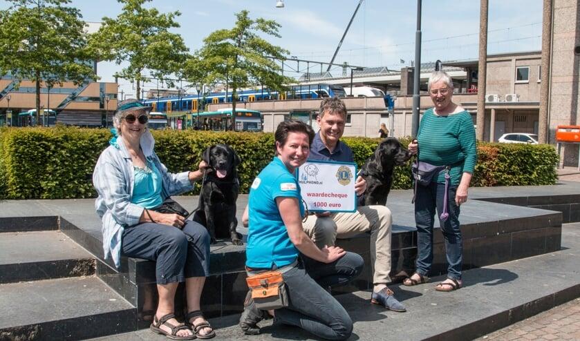 <p>Linda van de Kolk neemt samen met twee van de vrijwillige gastgezinnen van Hulphond Nederland de cheque in ontvangst van Lionslid Paul Bombeld. Foto: Jolien Wilmar</p>