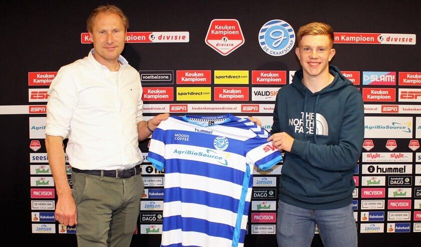Devin Haen met manager voetzaken Peter Hofstede van De Graafschap na de contractondertekening. Foto: PR