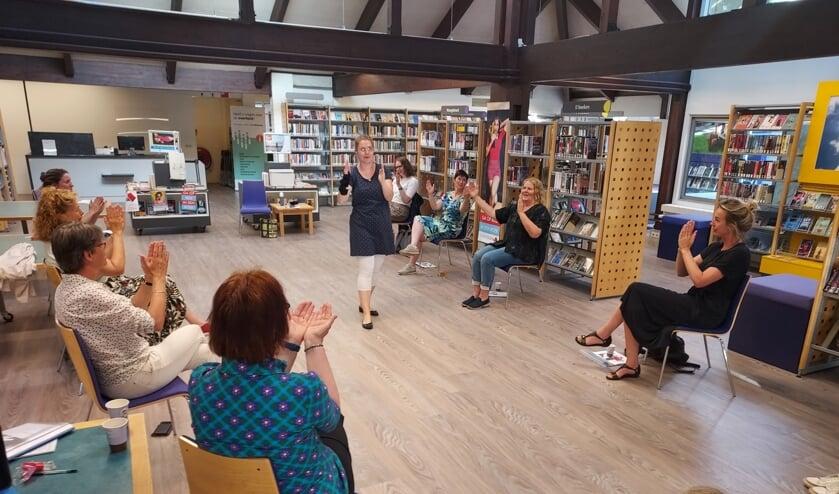 Femke Keupink oefent gebaren met bibliotheekmedewerkers. Foto: PR