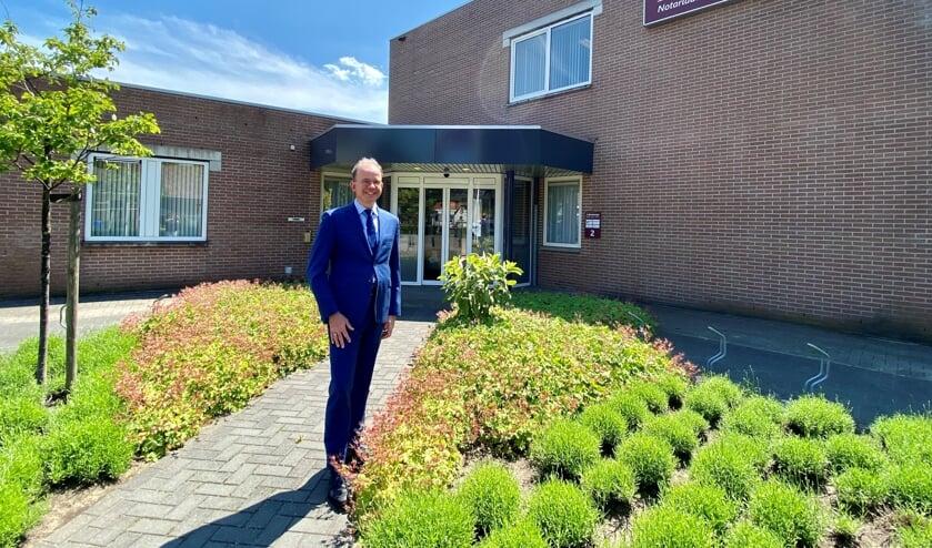 <p>Mr. Jeroen Blankestijn voor het kantoor in het centrum van Zelhem. Foto: mr. Dafne Vonk</p>