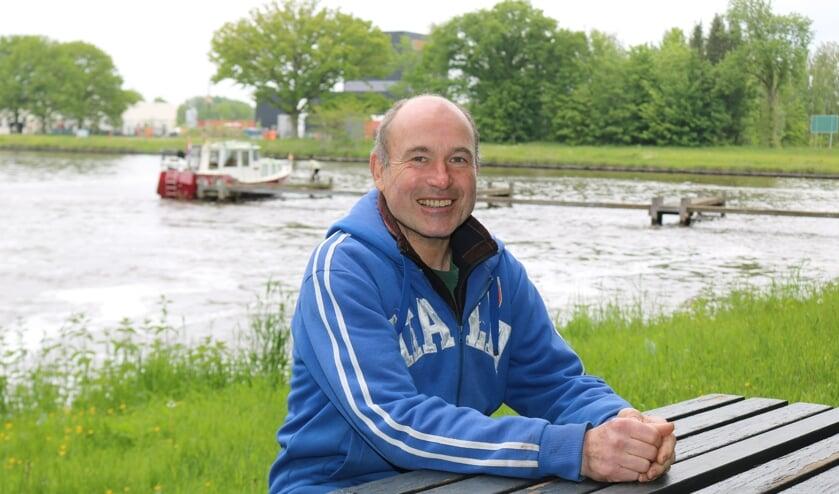 <p>Sjef van Hoorn aan de picknicktafel die hij cadeau kreeg voor de passantenhaven. Foto: Arjen Dieperink</p>