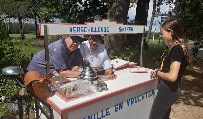<p>Freddy en Arjan Berendsen delen ijsjes uit bij de Aaltenseweg. Foto: Rens van Schip</p>