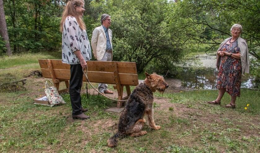 <p>Dankwoorden van Hélène de Fremery (links met hond Amber) voor Peet en Mart Hopmans die een nieuwe bank schonken voor bij het bosven. Foto: Liesbeth Spaansen</p>