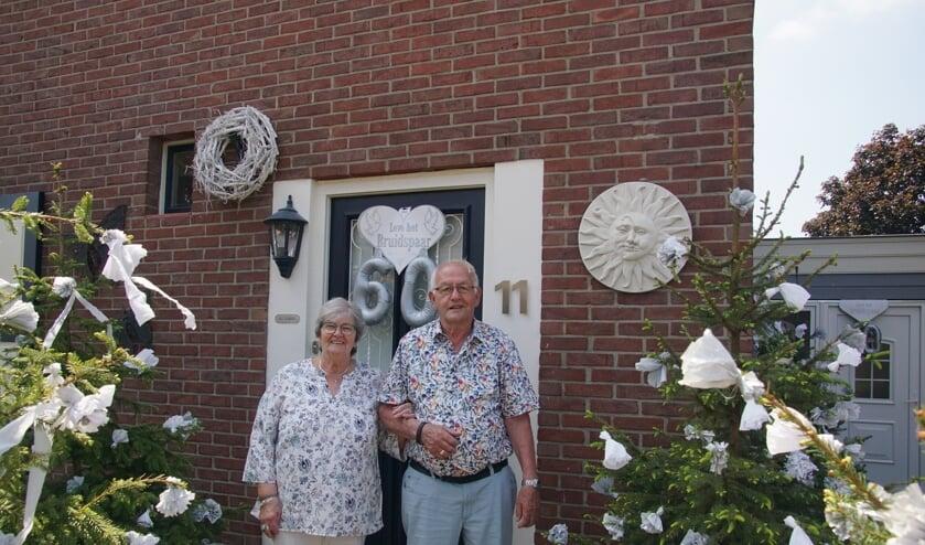 <p>Henk en Geertje Elburg-Wevers voor hun versierde woning. Foto: Frank Vinkenvleugel</p>
