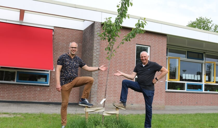 <p>Taco Houkema (l.) en Bertus Karssenberg bij &eacute;&eacute;n van de fruitbomen voor de Beatrixschool. Foto: Arjen Dieperink</p>