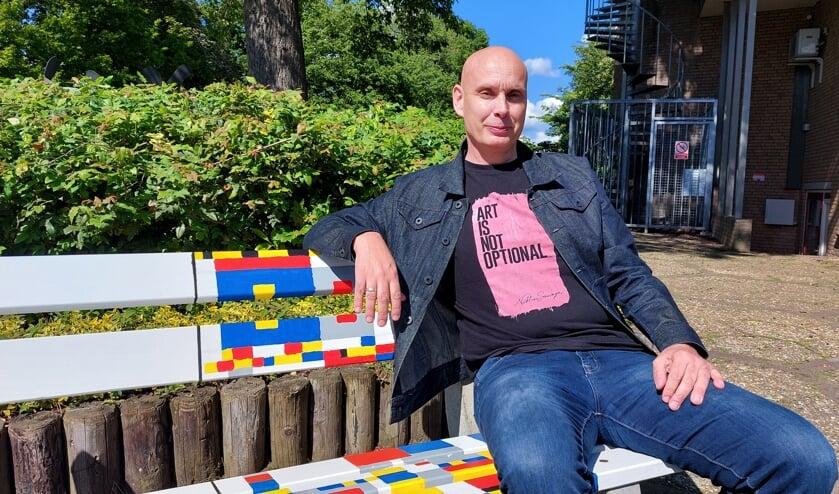Gerben Grooten op het Mondriaanbankje bij Boogie Woogie. Foto: Han van de Laar