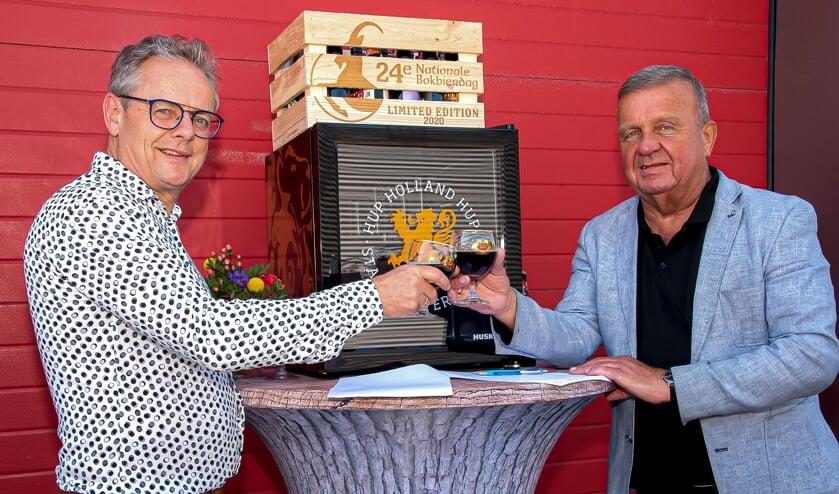 <p>Gerrit Nijenhuis van Domest (l) proost met voorzitter Cor ten Barge op het sponsorschap. Foto: Willem Feith</p>