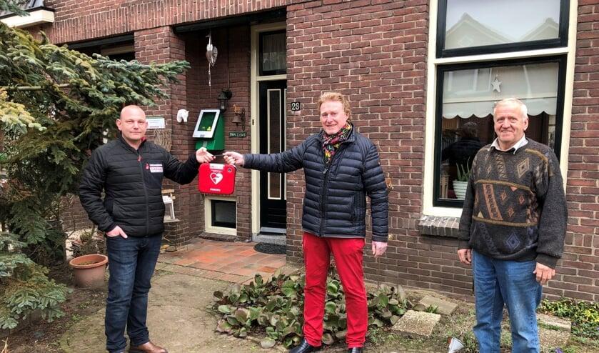 <p>Overhandiging van de buurt-AED in de Kortestraat, van links naar rechts, initiatiefnemer Richard Oberink, Johan G. Esendam, voorzitter Hart4Winterswijk en Johnny Lens waar de AED hangt. Foto: Wim Kos.</p>