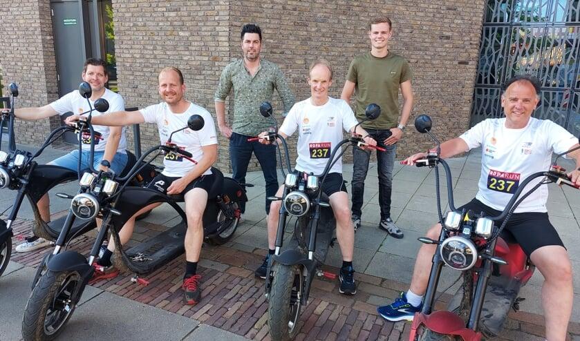 Linksvoor: Martijn Obbink, Mark Vaartjes, Theo Schreurs en Ruud Storck van 100%Running Winterswijk. Linksachter Bob de Jongh en Bart Meekes van E-Chopper. Foto: Han van de Laar