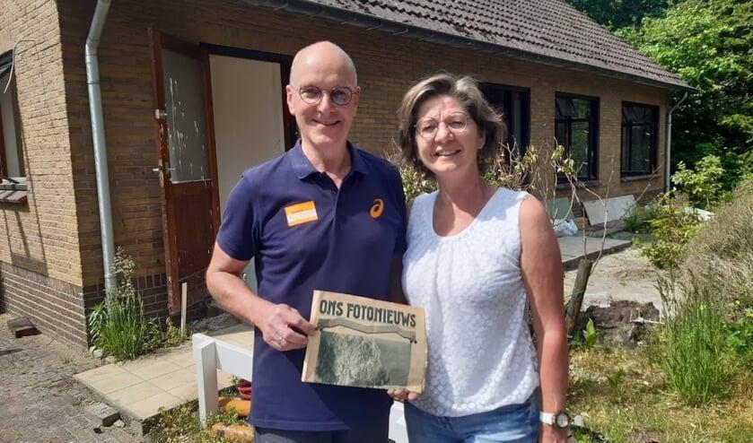<p>Marieke Gorkink en Peter van den Berg met de gevonden krant uit 1935. Foto: Rens van Schip</p>