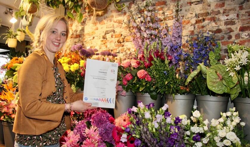 <p>Ellen Kroekenstoel van Trendy Bloemen is trots op het behaalde certificaat: &#39;Dit is waar ik samen met de medewerkers naartoe heb gewerkt!&#39; Foto: Ondernemersfonds Lichtenvoorde&nbsp;</p>