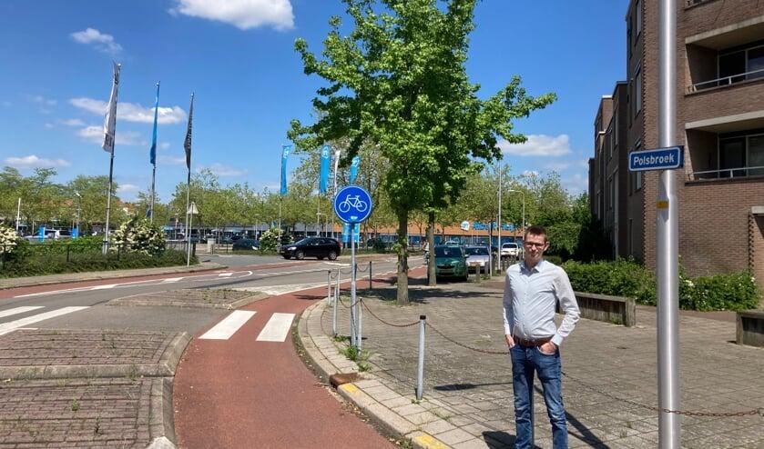 <p>Wethouder Mathijs ten Broeke bij de Polsbroek. In dit gebied ontstond in de negentiende eeuw een woonwijk. Tussen 1967 en 1974 werden hier circa driehonderd arbeiderswoningen gesloopt. Foto: gemeente Zutphen&nbsp;</p>