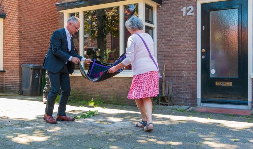 <p>Wim Schipper en Franca Koopman leggen kleed met dichtregels voor de onthulling. Het adres van de familie Heilbronn aan de Rembrandstraat 12. Foto: Henk Derksen &nbsp;</p>