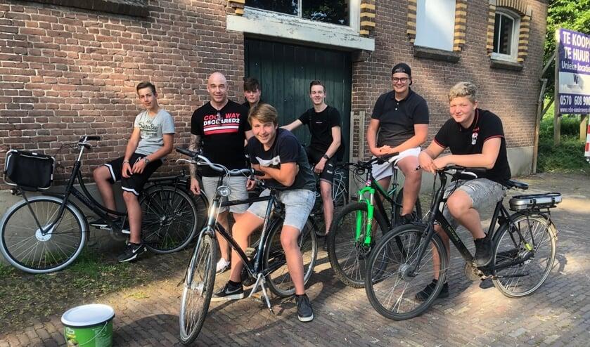 <p>De groep jongeren met de jongerenwerker Paul Koopman van de gemeente Bronckhorst. Foto: Harry Jansen</p>
