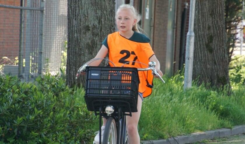 <p>Geconcentreerd legt Iza Zwiening de route van het Verkeersexamen af. Foto: Frank Vinkenvleugel</p>
