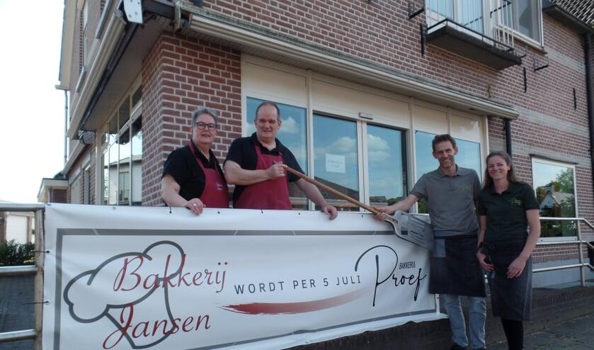 <p>Arjan en Mathilde Jansen (l) nemen begin juli afscheid van Bakkerij Jansen. Menno Meijer en Vera van Bemmel zetten de Barchemse bakkerij voort onder de nieuwe naam Bakkerij Proef. en Foto: Jan Hendriksen.&nbsp;</p>