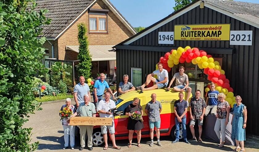 <p>Zondag 13 juni vierde aannemersbedrijf Ruiterkamp met familie en personeelsleden haar 75-jarig bestaan. Foto: PR</p>