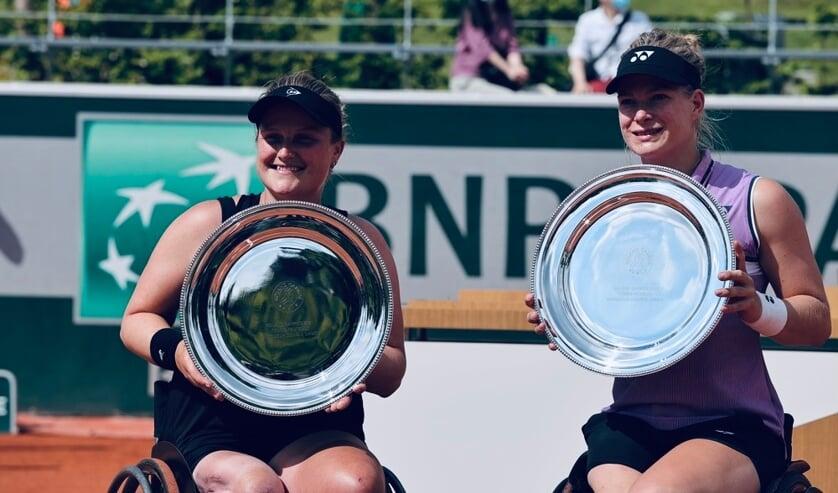 <p>Aniek van Koot (l) met dubbelpartner Diede de Groot na de zege op Roland Garros. Foto: FFT</p>