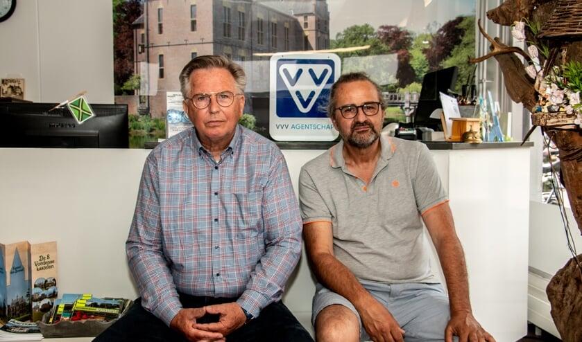 <p>Peter Meulenbroek (l.) en Grieto Zeeman in de winkel van het VVV Vorden aan de Dorpsstraat 12. Foto: Liesbeth Spaansen</p>