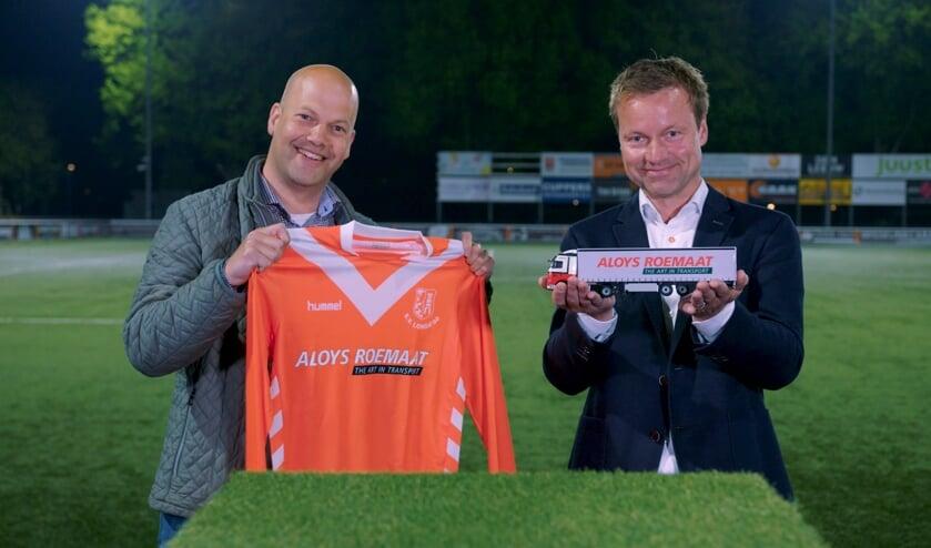 Thomas Kruip van (directeur Aloys Roemaat) en Eef Steentjes (voorzitter Businessclub Longa '30) bij de shirtpresentatie. Foto: Longa 30)