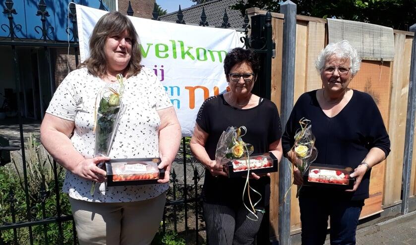 <p>Ineke Vruggink, Gerrie Kranenburg en Bertha Klein Wassink ontvingen naast een aarbeiien slagroomslof ook een roos. Foto: PR.&nbsp;</p><p><br></p><p><br></p>