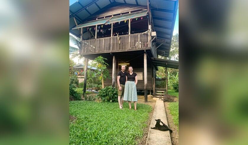 Remie Stronks en Hanneke Bakker voor hun woning in Papoea Nieuw Guinea. Foto Eigen foto
