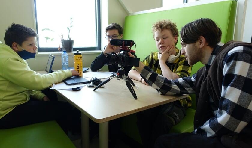 Leerlingen Kick Waanders (Eibergen), Joris Morsink (Neede) en Huub Heinneman (Neede) samen controleren samen met filmcoach Kadir Kücük het beeld en geluid op de camera. Foto: PR