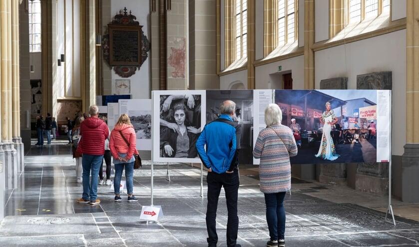 <p>Bezoekers tijdens de tentoonstelling World Press Photo in de Walburgiskerk te Zutphen. Foto: Patrick van Gemert/Zutphens Persbureau</p>