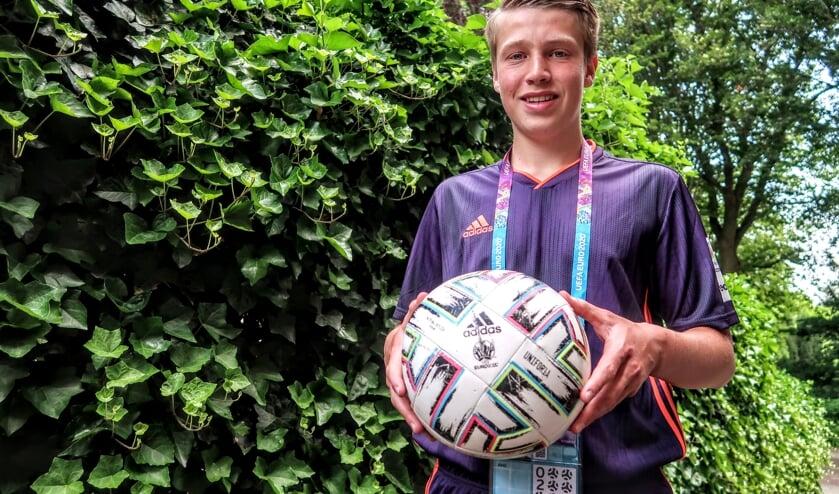 <p>Voor zijn optredens als ballenjongen tijdens het EK voetbal kreeg Hengeloër Ben Wijkamp een compleet tenue van voetbalbond UEFA. Foto: Luuk Stam</p>