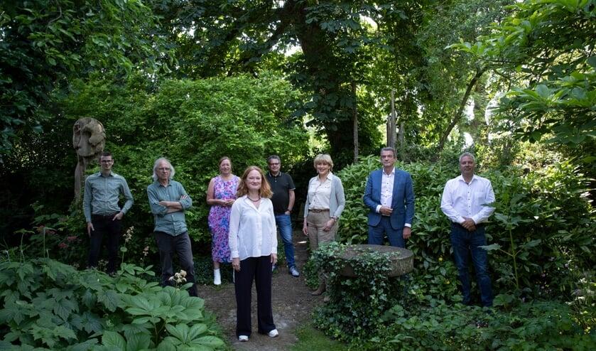 <p>Vlnr: Mathijs ten Broeke (wethouder cultuur), Vincent Peppelenbosch (Dat Bolwerck), Jacqueline Roelofs (Graafschap bibliotheken), Lisette Lagerweij (Muzehof), Frans Laarakker (Gelderveste), Tiana Wilhelm (Musea Zutphen), Toon Geluk (Archipel), Marthijn Manders (SKGB). Niet aanwezig waren: Johan Boonekamp (Hanzehof), Hans Heesen (Luxor) en Elza Boukje Lap (Cordeo). Foto: Patrick van Gemert</p>