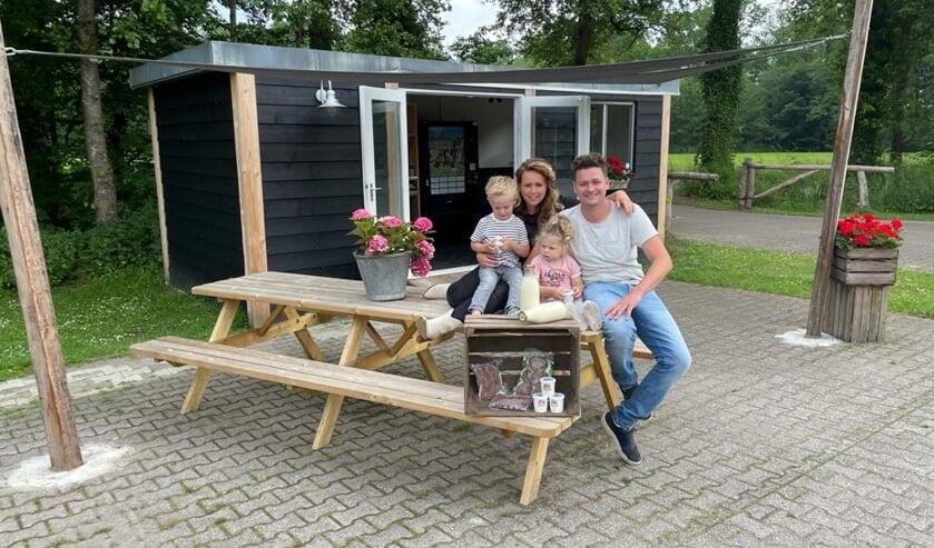 Dirk en Robin en hun kinderen Anna en Bram genieten van het verse schepijs. Foto: De Roodheuvel